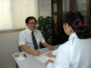 筆跡鑑定をお考えなら | 筆跡鑑定人がお客様と面談している様子